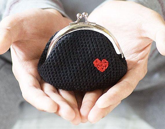 Ganchillo monedero Love My Heart en negro por studiowonjun en Etsy