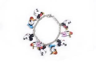 Pulsera con personajes de Disney.