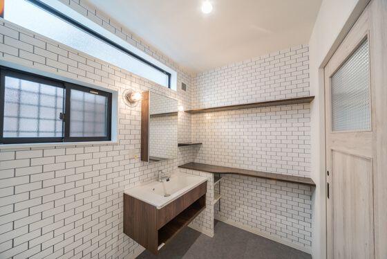 おしゃれな洗面室にはカウンター、その下に可動式の収納を組み込んでいます。洗面化粧台はパナソニックのシーライン、フロートタイプをご採用されました。