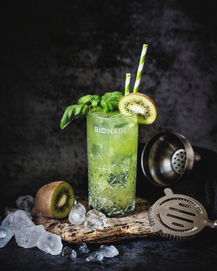 Exotischer Gin Basil Smash mit Kiwi und Limonade