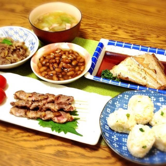 今日天ぷら屋さんで貰って帰った天かすで、天かす出汁おむすび。 - 156件のもぐもぐ - 具沢山スープ・牛肉柔らかしぐれ煮・茶豆薄甘煮・ヒラメ煮付け・心臓串・天かす出汁おむすび by madammay
