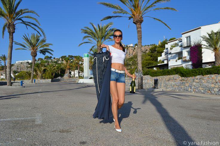 Наткнулась недавно на вопрос в женском форуме. Звучит он примерно так: Можно ли надевать короткие шорты женщинам после тридцати лет? Забавная штука:) Я короткие джинсовые шорты первый раз надела после тридцати:)), а точнее в 33 года. все образы можно посмотреть в моем блоге: http://yana.fashion