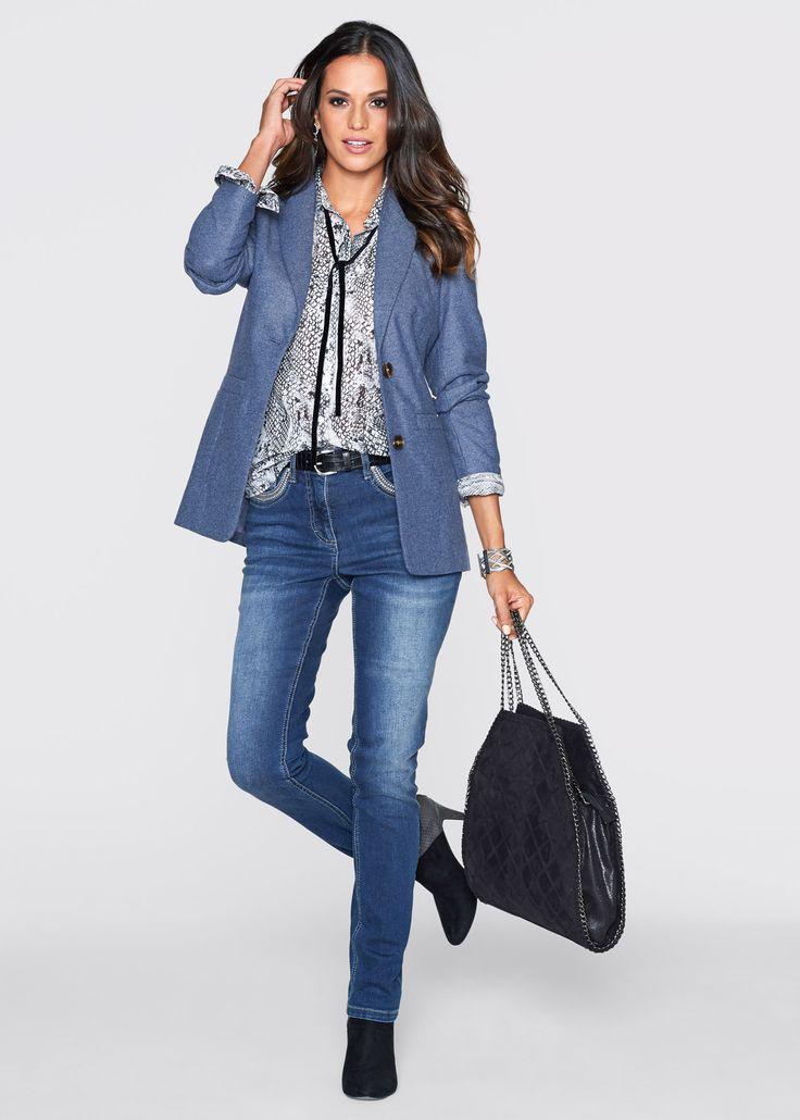удлиненный жакет с джинсами и черно-белой блузкой