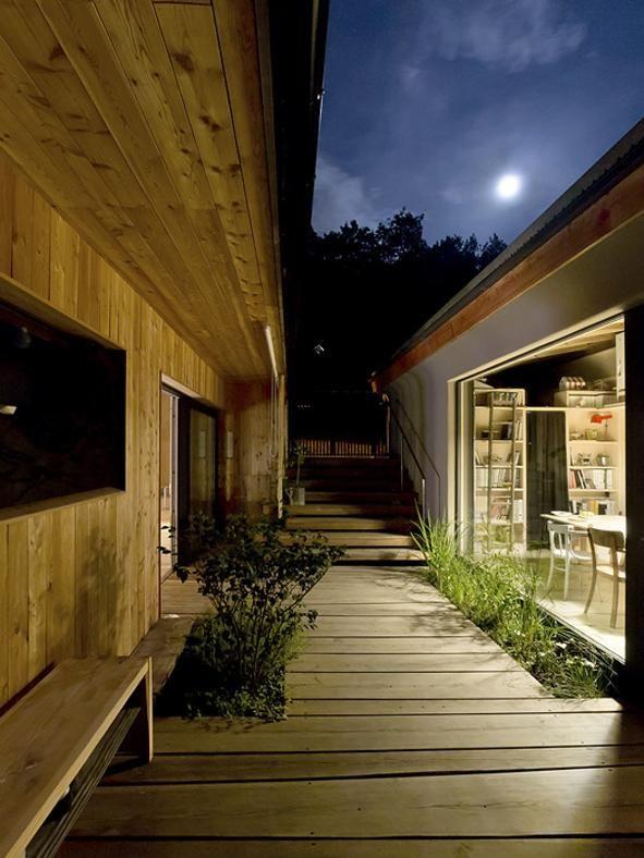 Anche di notte si apprezzano le luci che filtrano da grandi vetrate con sottili telai che sembrano scomparire creando scenografiche finestre-quadro.