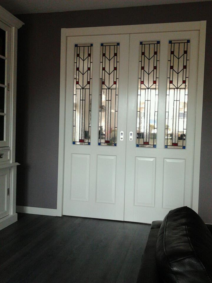 """En suite ensuite deuren met glas in lood jaren 30 stijl. Glas in lood ramen gemaakt door """"Schipper Doorzichtig""""."""
