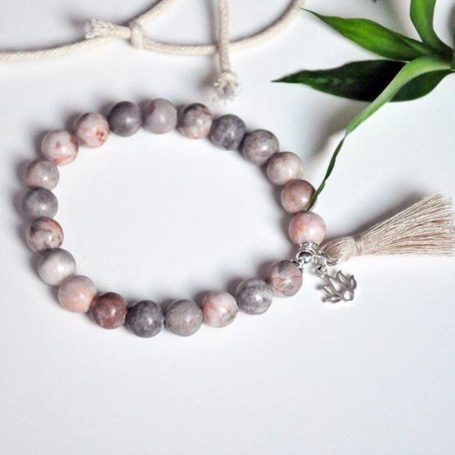 Jaspis w trzech barwach- beżowej, szarej oraz delikatnie różowej 😊 coś dla kobiet, które preferują nieco większe kamienie niż nasze standardowe rozmiary- te mają 8mm💕 lilia wykonana ze srebra najwyższej próby 925 💗 #jewellery #silver #bracelet #stone #biżuteria #bransoletka #chwost #beż #bransoletkazkamieni #bizuteria #dodatki #bransoletki #moda #kobieta #makostone