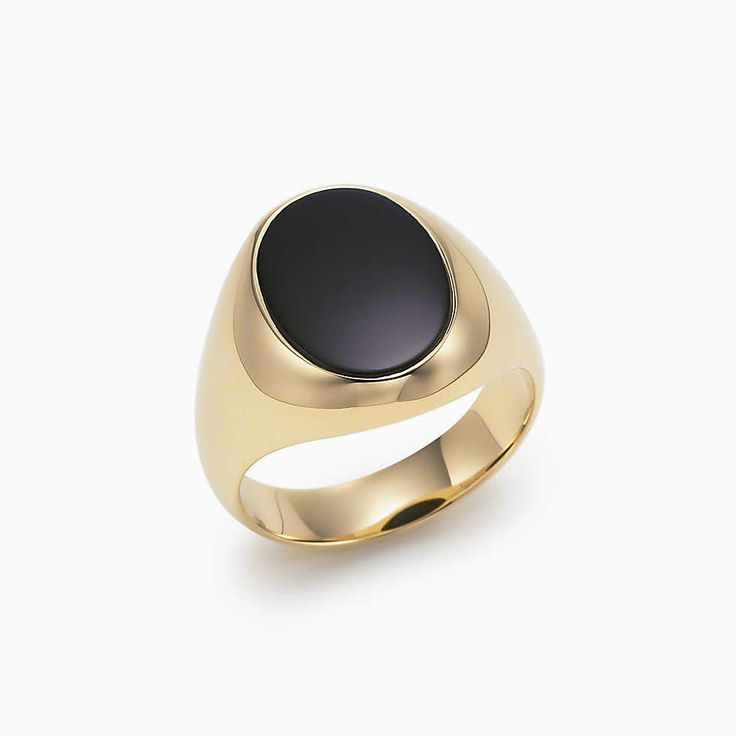 Oval signet ring in 18k gold with black onyx.