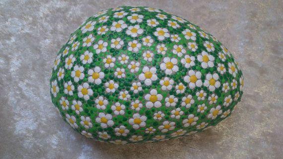 Punto piedra pintura Margarita de piedras de río cuidadosamente pintados a mano, resistente a la intemperie y resistente a UV, 10 cm de diámetro