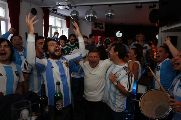 Martin Tibabuzo de festejo! At Nuremberg, football fans had a free choice. Almost every restaurant switched from 21 clock on the World Cup final - as well as the Cinecittà and the Cherry Bar German and Argentine feverishly with their teams, but in the end could only win one: The Jogi Löw.