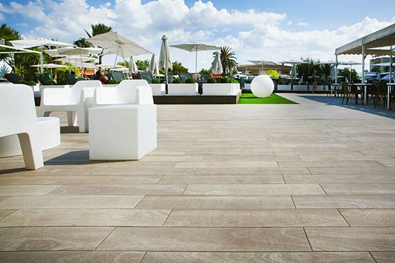 A summer aesthetic and at the same time elegant.  Amazing project in BQ Delfín Azul Hotel, with our tiles Amazonia Fresno! . . . #grespaniaceramica #grespania #tilestyle #instagood #instatiles #ceramics #tiles #design #architect #architecturelovers #projects #homedecor #exteriordesign #design  #flooring #porcelaintiles #construction #innovation #outdoors #outdoorslife #terrace #exteriorstyling