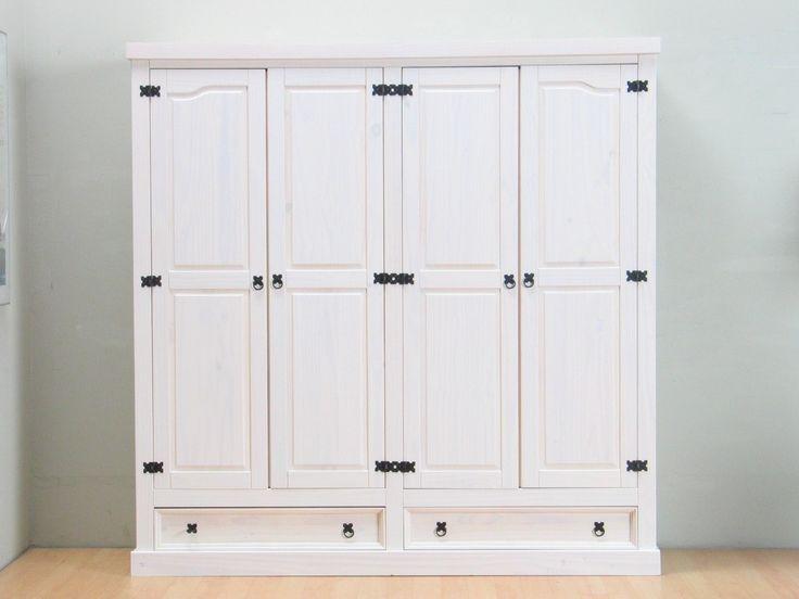 Rustikt 4-dørs garderobeskap i antikk stil. Skapet er fremstilt i massiv furu og voksbehandlet i hvit. Trestrukturen er synlig gjennom voksen. Bak de 2 høyre dørene er det 1 fast og 2 løse hyller. Bak de 2 venstre dørene er det 1 hylle og 1 bøylestang. Med 2 store skuffer i bunnen Bredde 194,00 Høyde 195,50 Dybde 58,00 Vekt: 101,3 kg. Materiale Massiv furu, voks, metallgrep antikk look. Tre bøy...