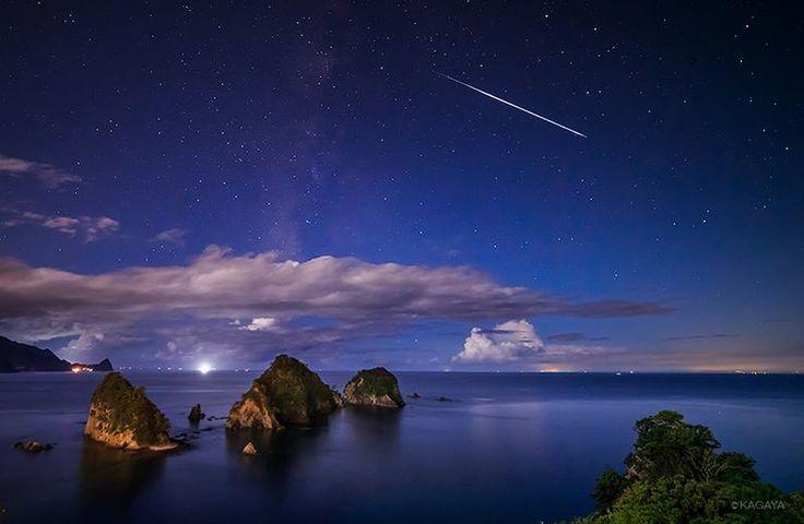 昨夜23:42に流れた火球(明るい流れ星)です。伊豆堂ヶ島にて。 夕暮れから4時間撮り続け、終わりにしようと思ったところで流星痕を伴った明るいのが流れ驚きました。この後5枚撮ってカメラのバッテリーが終わりさらに驚きました(あぶない)