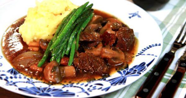 Boeuf bourguignon, klassisk fransk köttgryta med högrev, sidfläsk och mycket smak av rödvin.