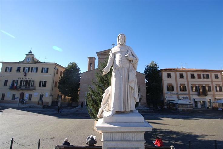 Certaldo - Piazza Boccaccio - il monumento di Augusto Passaglia 1879.
