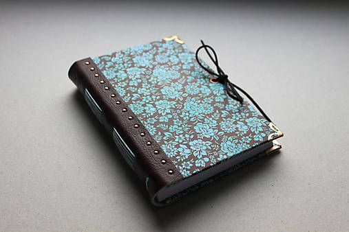Ručne vyrobený zápisník vo formáte A6 s koženým chrbtom, zdobený kovovými nitmi medenej farby, v kombinácii bohatého kvetovaného motívu dotvára barokový nádych. Séria koža ...