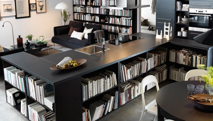 نميل للاعتقاد بأن كل غرفة في منزلنا لها استعمال واحد، لكنك لا تتوقف عن حبك للقراءة عندما تكون في المطبخ وعلى الأرجح أنك تناولت عشاءك من قبل على الصوفا. لذا، ربما حان الوقت للتفكير بشكل مختلف وإعداد غرف للحياة