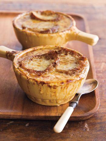 こんがり焼けたとろけるチーズと、玉ねぎとブイヨンの旨みがたっぷり染込んだひたひたパンのハーモニーは絶妙!立派な一品料理としても楽しめます。