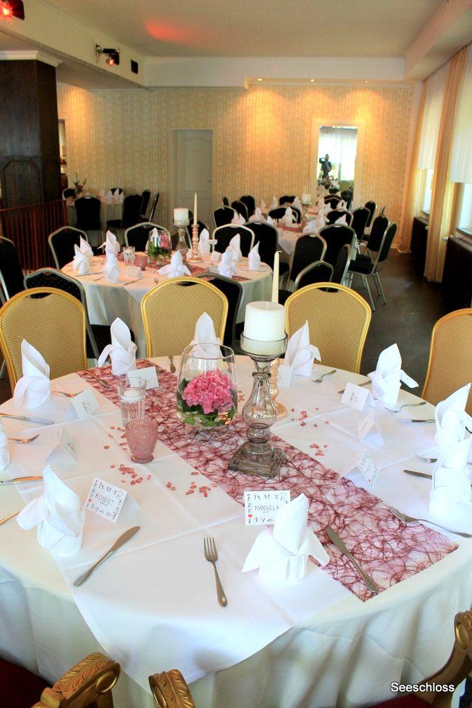 Der Hochzeitstisch zur Hochzeit im Seeschloss . Die Dekoration mit Hortensien in Dunkel-Rose .