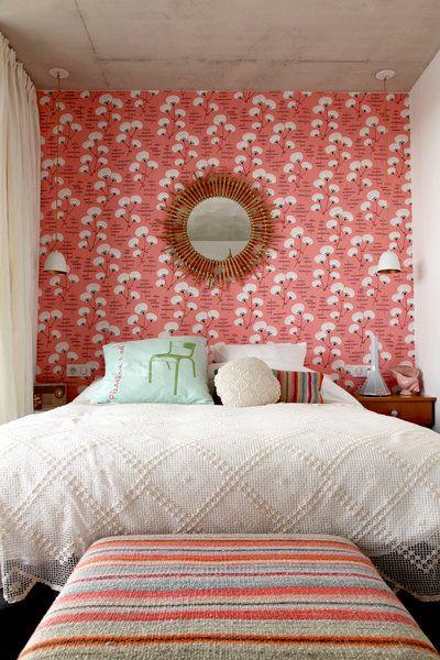 Habiller le mur en tête de lit : Un lé de papier peint, c'est malin - Journal des Femmes