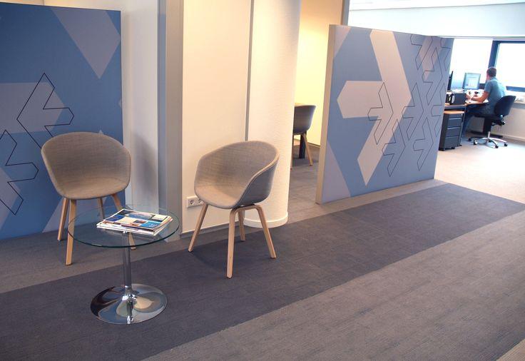 interieurontwerp kantoorruimte Adeas Eindhoven. Door akoestische half hoge wanden worden spreekplek en wachtplek van elkaar gescheiden. Gestoffeerde stoelen van het merk Hay.