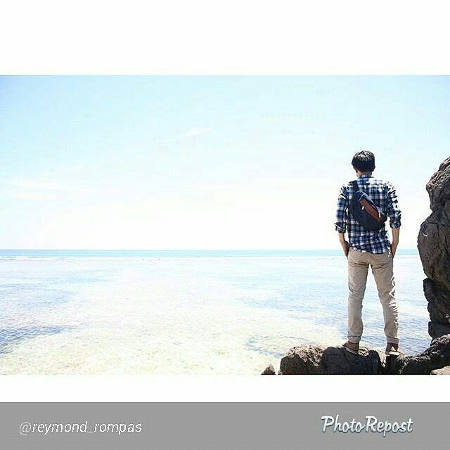 Foto tas Lomberg navy hipbag by @reymond_rompas di Gili Trawangan Lombok NTB  #foto #lombafoto #photocontest #kontesfoto #tas #denim #jeans #fashionindonesia #gilitrawangan #bali #gilimeno #indonesia #explorelombok #giliair #gili #lombok #travel #instatravel #tourism #gilit #triptogili #thebalibible #wonderfullombok #igtravel #exploregilitrawangan #travelgram #exploreindonesia #instatraveling
