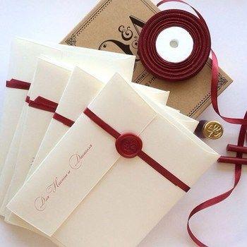 欧米で古くから封筒に封をするために使われていたシーリングワックス。最近では手紙の封だけではなく、結婚式の招待状やギフトのラッピングなど装飾に使用されることもあります。