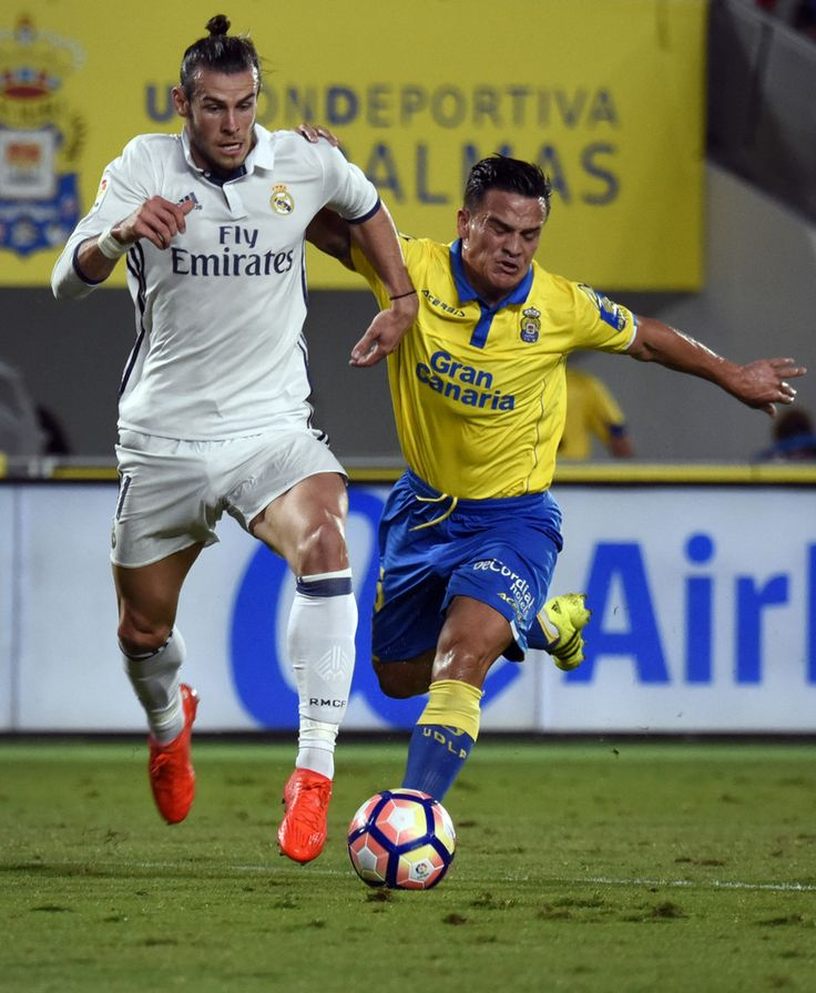 Real Madrid's Welsh forward Gareth Bale vies with Las Palmas' midfielder Roque Mesa Quevedo during the Spanish league football match UD Las Palmas vs Real Madrid CF at the Gran Canaria stadium in Las Palmas de Gran Canaria on September 24, 2016.