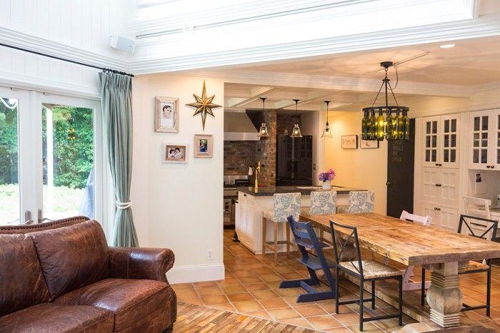 1階はレザーのソファやどっしりとしたテーブルの重厚感のある雰囲気。