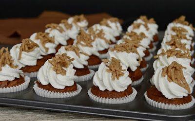 Gesztenyés mini muffin (hozzávalók 24 darabhoz: a tésztához 10 dkg csokoládé, 6 dkg vaj, 3 dkg cukor, 1 csomag vaníliás cukor, 1 evőkanál rum, 3 tojás, 10 dkg gesztenyepüré, 10 dkg liszt, 7 g sütőpor, a tetejére 2 dl tejszín, gesztenyepüré) #chestnut #dessert
