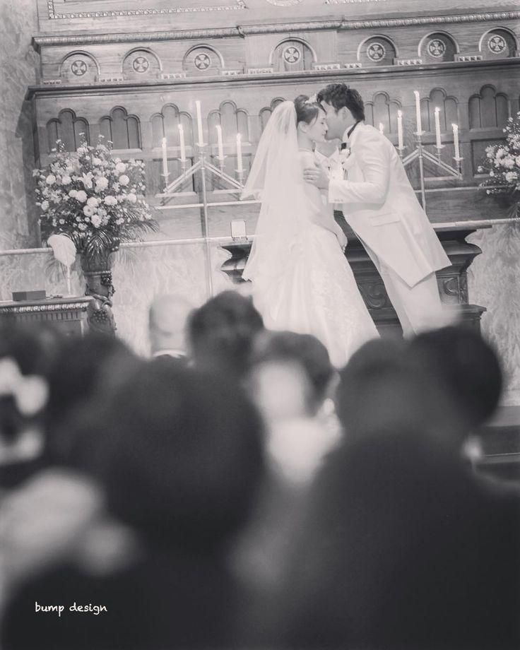 #誓いのキス  たくさんの大切な皆さんの前でお二人はしっかりと愛を誓い合いました  2人を撮るのはもちろんだけどそれを見守ってる皆さんも入れ込んでみんなが祝福してる雰囲気空気感も一緒に残したい  いつもそういうところを大事に撮影しています  #結婚#結婚式#結婚写真#ブライダル#ウェディング#wedding#前撮り#ロケーション前撮り#ドレス#カメラマン#結婚式カメラマン#ブライダルカメラマン#写真家#結婚式準備#花嫁準備#花嫁#プレ花嫁#プロポーズ#名古屋結婚式#ウェディングドレス#バンプデザイン#bumpdesign#instagramwedding#instagramjapan#イトウスグル#IGersJP#写真好きな人と繋がりたい #ファインダー越しの私の世界#日本中のプレ花嫁さんと繋がりたい