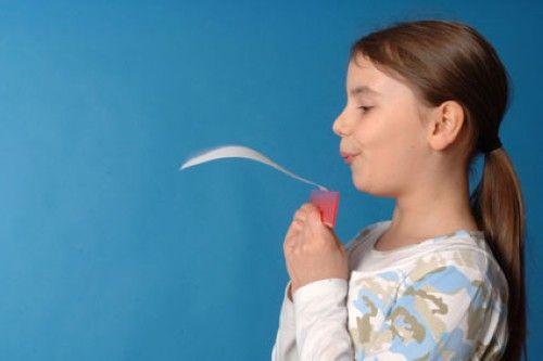 Experimente mit Luft: Experiment für Kinder: Das fliegende Blatt