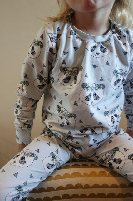 Handmade pyjama with fabric from Elvelyckan. Pattern: Billie from Zonen 09 and Viola Legging from La Maison Victor