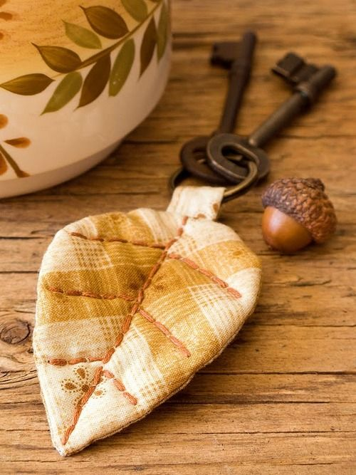 per previous pinner..very simple quilt project, fabric leaf key fob, use fabric scraps, quick project, decorate with paint or permanent fabric markers