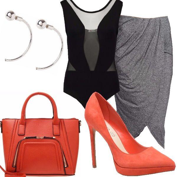 Gli accessori arancio scaldano gli abiti dai colori freddi. Il look risulta minimal ma molto chic ed elegante. L'outfit, adatto per l'ufficio è professionale senza risultare banale.