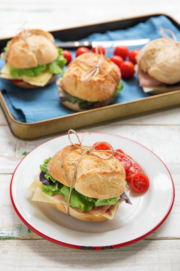 How to plan the perfect picnic menu!  Tip #1: tie each sandwich individually with string. This way, they won't fall apart. Bonus: this idea works for your lunch, too! #HelloFreshTips