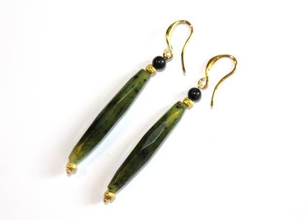 Vergulde oorbellen met groene staafjes en zwarte kralen van Petra Reijrink - www.legoutdescouleurs.be