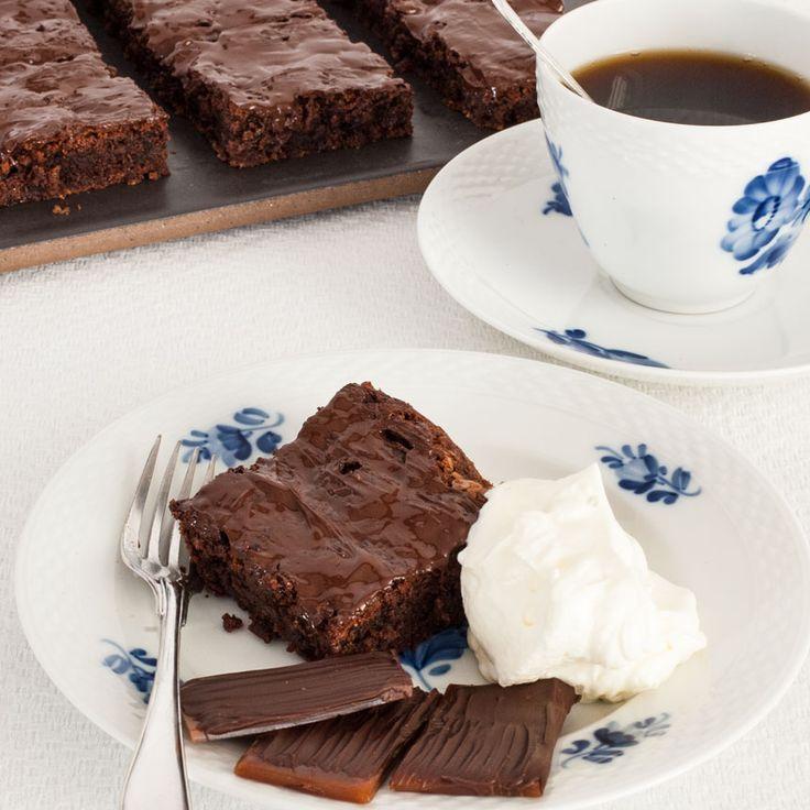 Choklad och hemgjord daim blir till ljuvligt goda rutor i en långpanna.