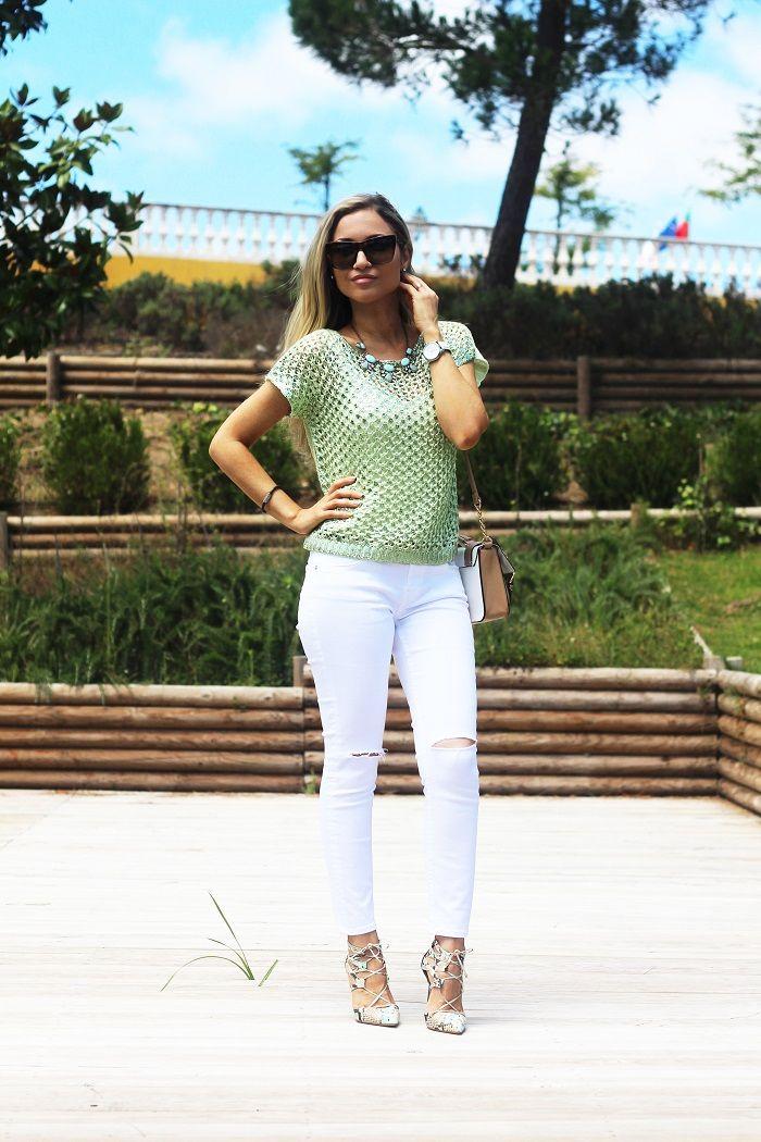 Verde-menta é Aquela cor, verdade?! Para mim, é das mais bonitas cores que existem. Esta camisola de crochet tem um lindo tom de verde-menta metalizado. Decidi conjugá-la com os meus novos ripped jeans da Zara... Look do dia/Outfit. Colar statement Happiness Boutique. Rialbanni. Ripped jeans zara. White. Padrão de cobra/píton print. Just Cavalli. Dolce & Gabbana. River Island. Verão. Viagens. Dolce Campo Real Lisboa. Style Statement. Blog de moda portugal.