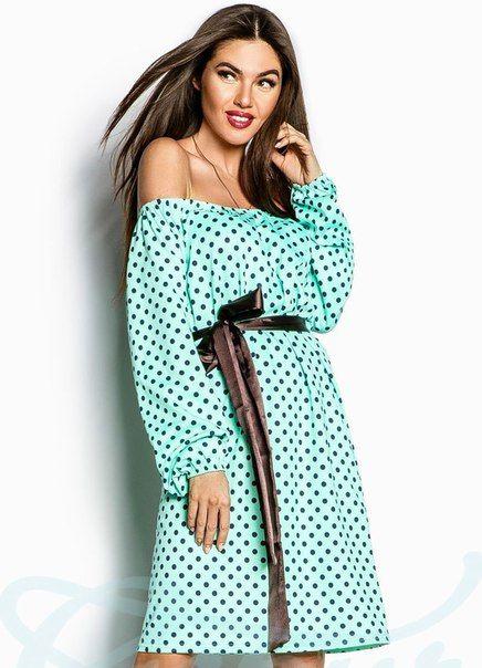 Женственное платье в стиле ретро, выполненное из мягкого трикотажного материала с принтом в синий горошек, способно сделать из вас звезду любой вечеринки! Свободный крой и женственный рукав-волан на резинке позволяют экспериментировать с вашим образом и привносить в него новые детали. Изюминка платья заключается в возможности носить его, открыв плечи и подчеркнув их линию. Модель дополнена атласным поясом коричневого цвета, который выделяет талию и позволяет сделать силуэт более утончённым…