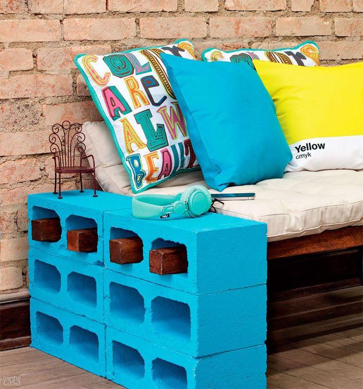 Blocos de cimento, barras de madeira e futon. Eis os materiais básicos para criar um banco com visual rústico, perfeito para varandas e áreas externas