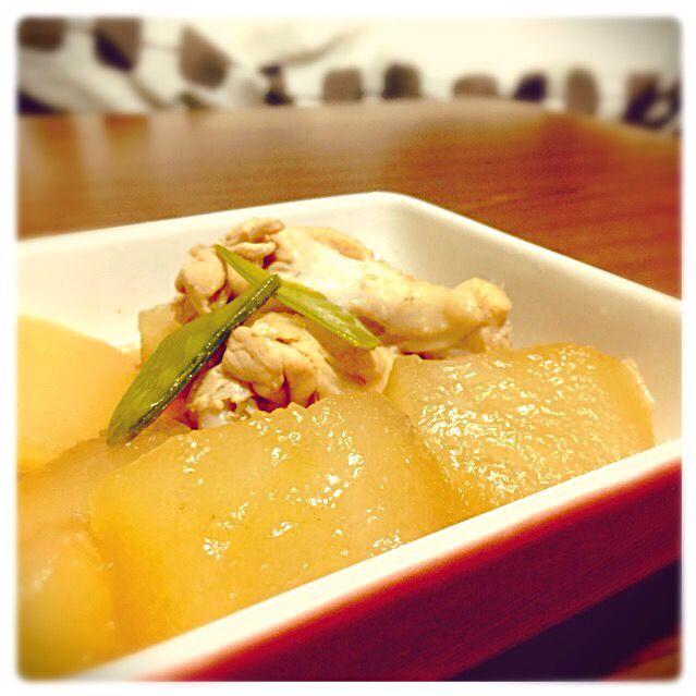 今日も冬瓜です! あとひとつ残ってる_  ̄ ○ 工夫して美味しく食べます!泣 - 25件のもぐもぐ - 冬瓜と鶏肉の煮物 by yuichiiii