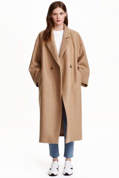 Manteau oversize en laine: QUALITÉ PREMIUM. Manteau à double boutonnage en laine. Modèle oversize de longueur mi-mollet avec couture…
