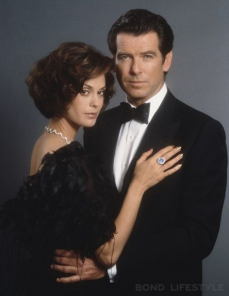 Teri Hatcher, wearing the David Morris Bond necklace and Pierce Brosnan as James Bond in Tomorrow Never Dies
