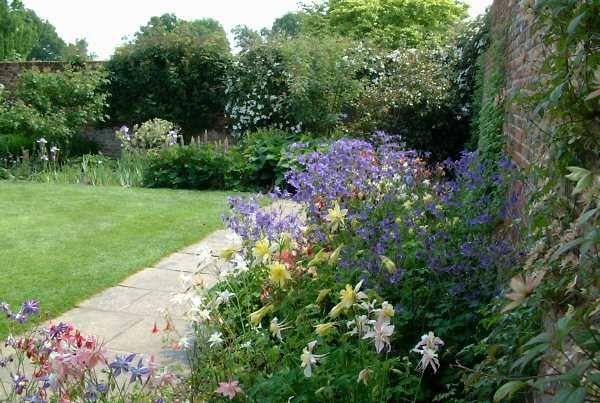 sissinghurst gardens england   Sissinghurst Castle Gardens - Front Courtyard - 3