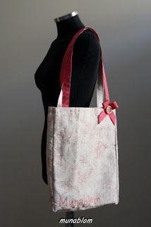FLORIDA: Shopper in telasacco VI,LI,CO con spalmatura nei toni del rosa. Manici in grosgrain con fiocchetto e bottone ornamentali.