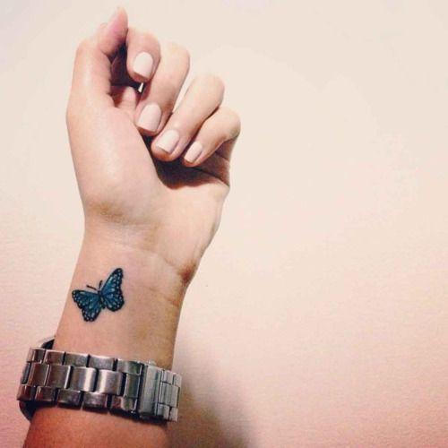Tatuaje de una mariposa en la muñeca de Nikki.
