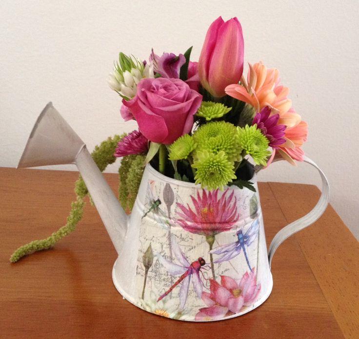 Flores2Home, regadera con libélula con flores en combinación de colores.