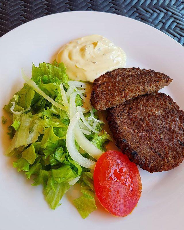 Grillade hamburgare med grönsaker och bearnaisesås ✌ #lchf #lowcarb #glutenfree #glutenfritt #keto #healthy #highfat #food #paleo