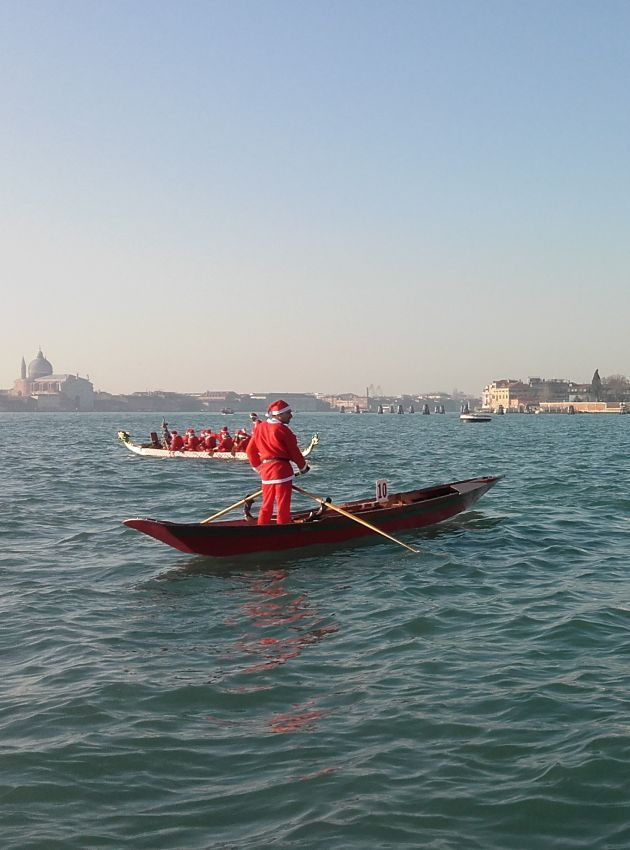 A loner #SantaClaus in Venice. Do you want to meet him? Come to Andree Apartment in the #Christmas night!
