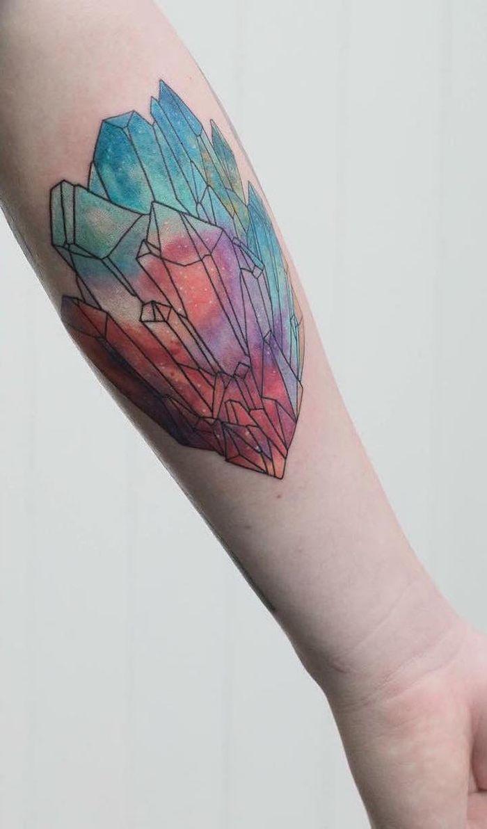Tatuaggio geometrico colorato sul braccio di un uomo con ...